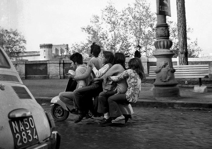 معرض فوتوغرافي استعادي لحركة الناس ووسائط النقل ولعب الصبية في ناپولي الجنوبية الايطالية قبل 50 عاماً