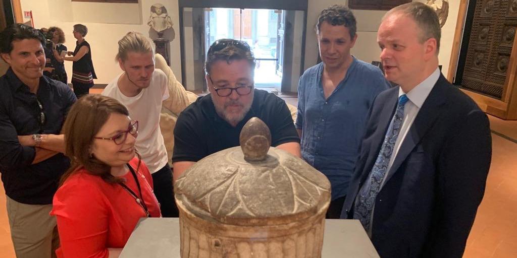 النجم النيوزيلندي راسيل كرو الحائز على الأوسكار لـ «غلادييتور» يزور صالة الآثار الرومانية في متحف الأوفيتسي بفلورنسا