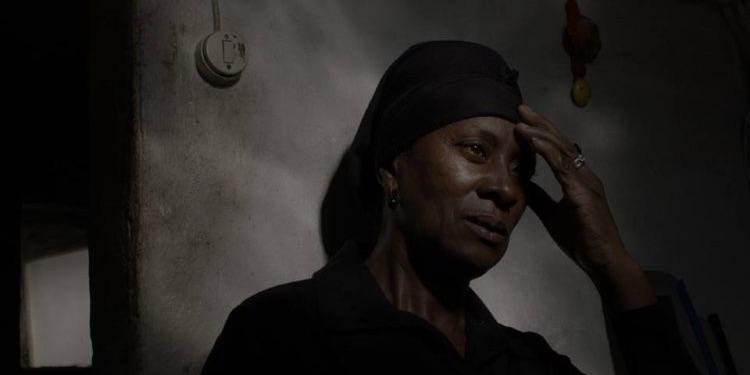 """فيلم «فيتاليانا فاريلا» للبرتعالي بيدرو كوستا: """"إضاءة باهرة بالظُلمة وإنطاقٌ مُلتمعٌ بالصمت"""