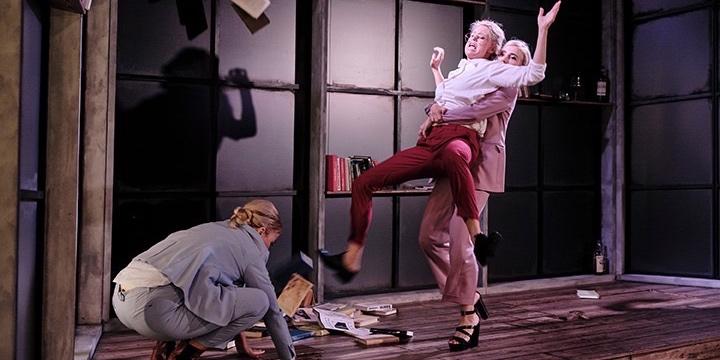 مسرحية «الاجراء الموحد»، المقتبس عن رواية للينا آندرسون في مسرح مدينة هلسنبوري
