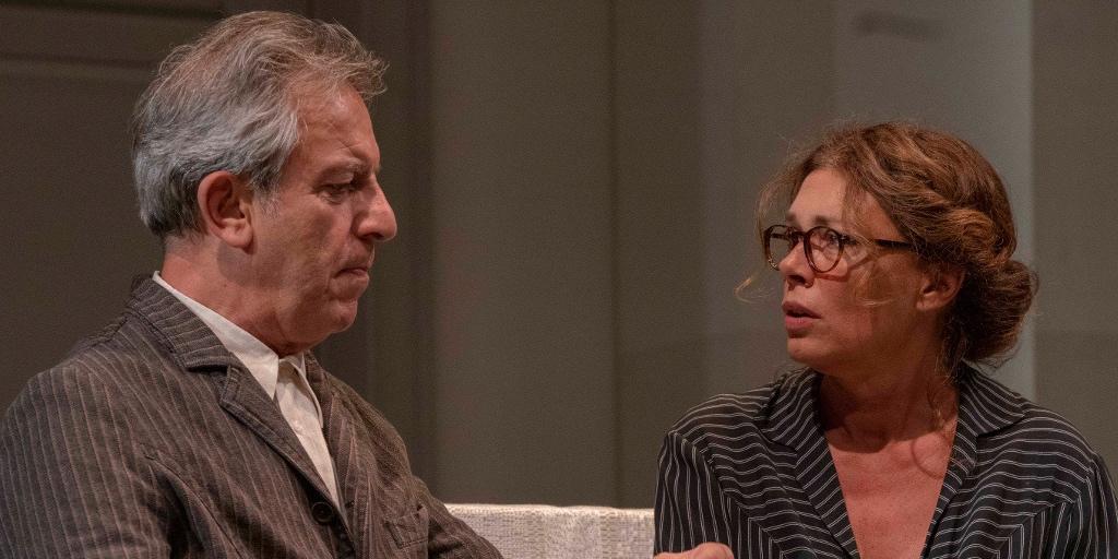 مسرحية «وافقوه على كلّ شيء» للراحل الكبير إدواودو دي فيليپّو على خشبة مسرح «لا پيرغولا» الفلورنسي العريق