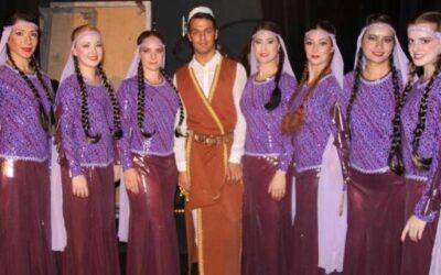 """الفنان العراقي الشاب مهنّد هوّاز خلال تدريب فرقة «أنكيدو» السويديةعلى لوحة """"الأهوار"""""""