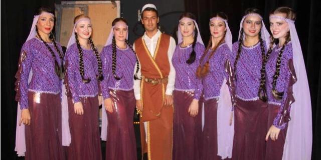 """(العربية) الفنان العراقي الشاب مهنّد هوّاز خلال تدريب فرقة «أنكيدو» السويديةعلى لوحة """"الأهوار"""""""
